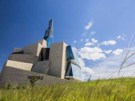 ​Unlock a world of potential by hosting hybrid events  - Join a tour guide to discover the Canadian Museum for Human Rights (photo: Horace Luong)